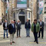 (von links nach rechts): SPD-Bundestagsabgeordneter Dietmar Nietan, Dr. Jürgen Linden, Beiratsvorsitzender der ESAD, Dr. Stephan Holthoff-Pförtner, Minister für Bundes- und Europaangelegenheiten sowie Internationales des Landes Nordrhein-Westfalen, die Europaabgeordneten Daniel Freund (Grüne) und Sabine Verheyen (CDU) sowie Dompropst-Rolf-Peter Cremer. Foto: Domkapitel Aachen